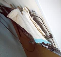 Pano de pratos secando atrás da minha geladeira.
